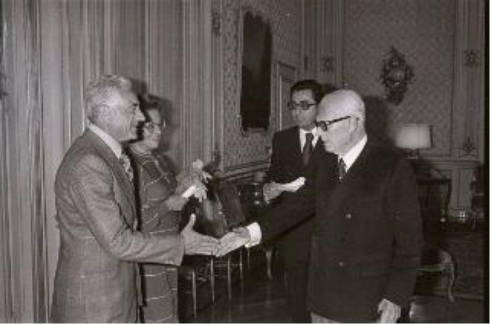 Giuseppe Fucà stringe la mano al Presidente della Repubblica Sandro Pertini