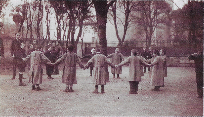 Alunni ciechi si tengono le mani in un girotondo - immagini di archivio