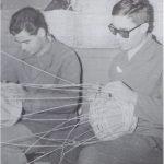 Artigiani ciechi intrecciano vimini vimini