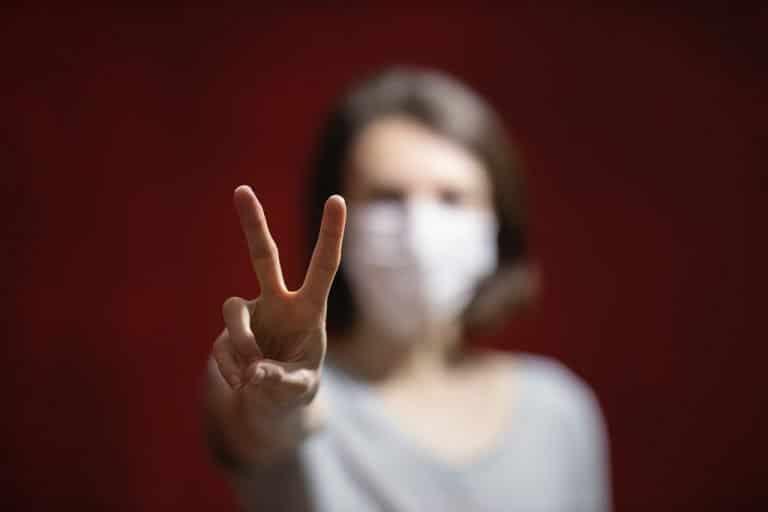 Foto di donna che indossa una mascherina