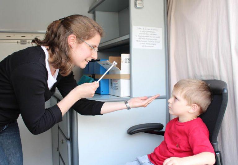 Visita di prevenzione delle malattie visive su un bambino