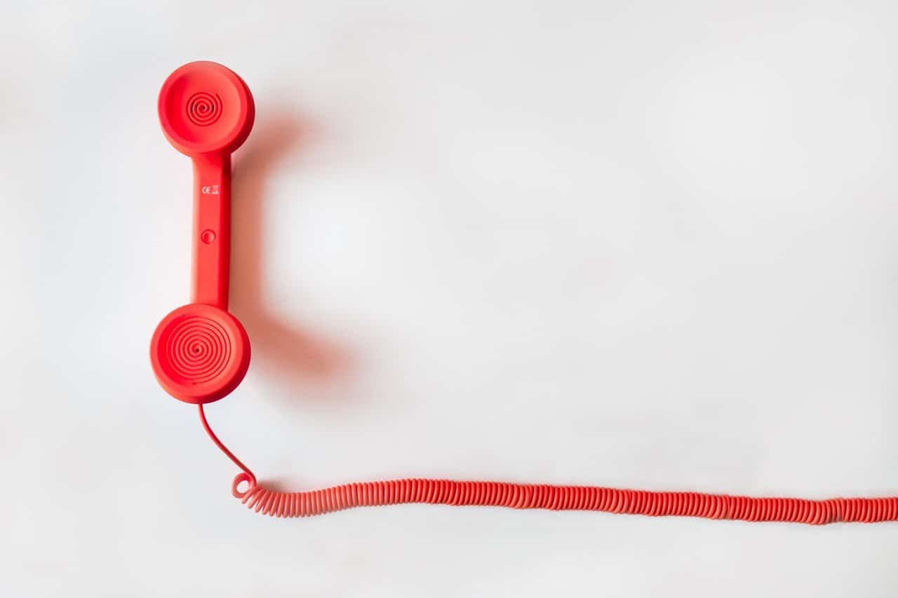 Foto di un telefono con filo rosso